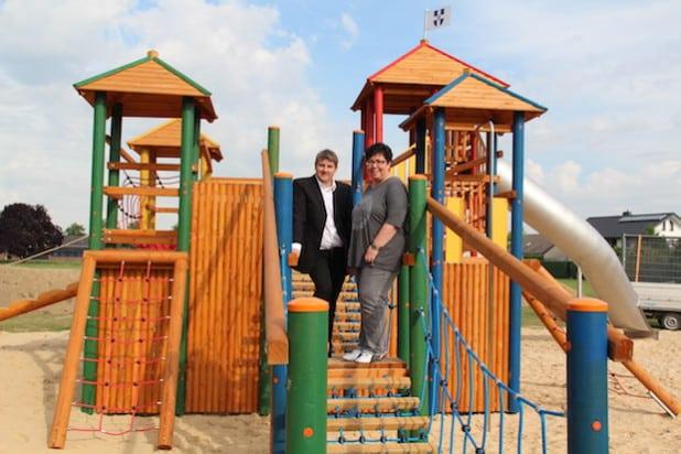 """Bürgermeister Dr. Remco van der Velden gab gemeinsam mit Verwaltungsmitarbeiterin Rita Lemke die neuen Spielgeräte """"Auf den Strickern"""", hier die Abenteuer-Burg, frei (Foto: Stadt Geseke)."""