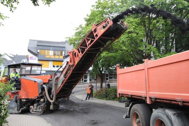 Bereits vor einigen Tagen wurde die alte Asphaltdecke abgefräst, in der kommenden Woche soll die neue Deckschicht aufgetragen werden (Foto: Gemeinde Wilnsdorf).