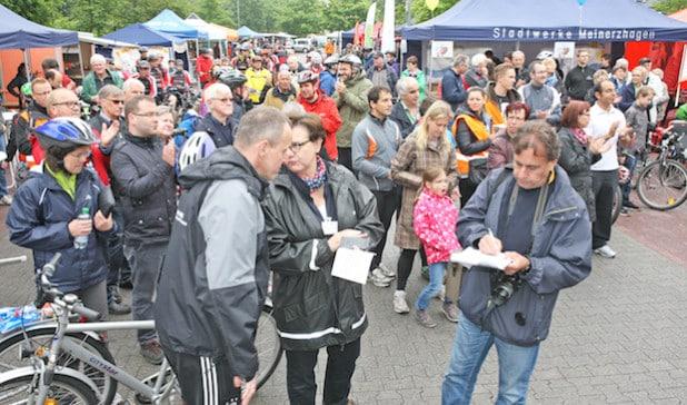 Bereits zur Eröffnung war der Platz am Lidl-Parkplatz in Meinerzhagen gut gefüllt (Foto: Hendrik Klein/Märkischer Kreis).