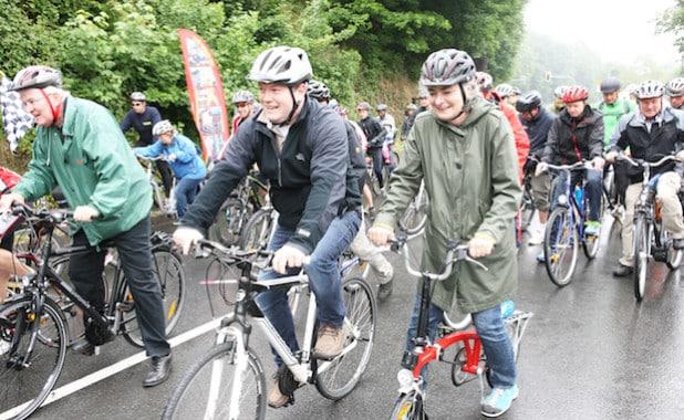 Meinerzhagens Bürgermeister Jan Nesselrath (Mitte) führte die Promi-Radler auf die Strecke (Foto: Hendrik Klein/Märkischer Kreis).