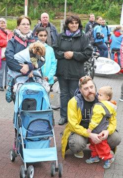 Mit Kind und Hund machten sich die Familien auf den Weg (Foto: Hendrik Klein/Märkischer Kreis).