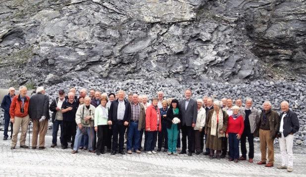 Geologie-Experten zu Besuch bei WESTKALK. Geschäftsfürher Raymund Risse (rechts von der Mitte, mit Vollbart) empfing die Wissenschaftler im Warsteiner Abbaubetrieb (Foto: WESTKALK).