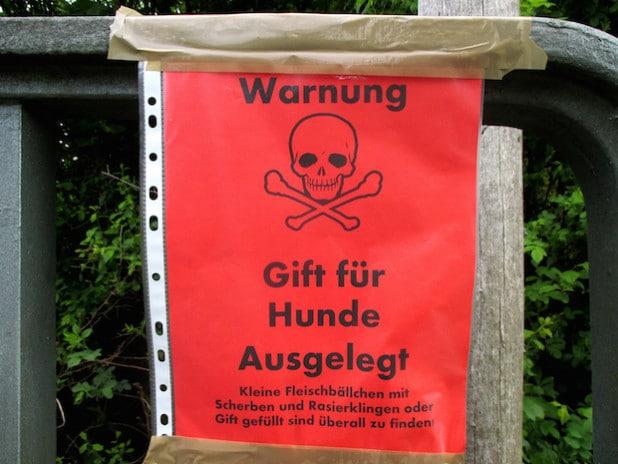 Dieses Warnschild wurde an einem Wirtschaftsweg in der Nähe des Wilnsdorfer Autohofes aufgehängt (Foto: Gemeinde Wilnsdorf).