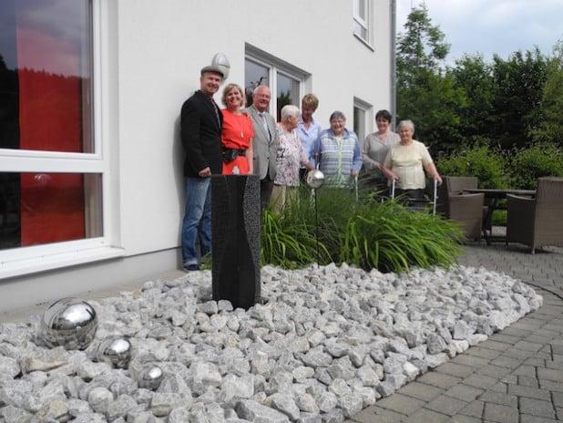 Der Altenhilfeverein Wenden mit seinem 1. Vorsitzenden Wolfram Schlüter (3.v.l.) spendete zur Errichtung eines Brunnens an das Haus Elisabeth (Foto: Katholische Hospitalgesellschaft Südwestfalen gGmbH).