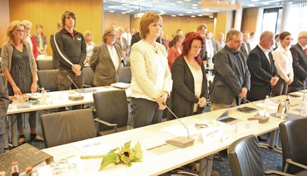 Die Kreistagsmitglieder gedachten dem am 30. April verstorbenen Geza Lang von den Bündnisgrünen. Auf dessen Platz lagen Blumen (Foto: Hendrik Klein/Märkischer Kreis).