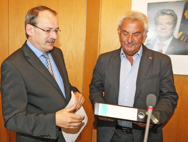 Werdohls SPD-Ratsherr Jürgen Henke (rechts) überreichte Landrat Thomas Gemke den Ordner mit den Unterschriften (Foto: Hendrik Klein/Märkischer Kreis).