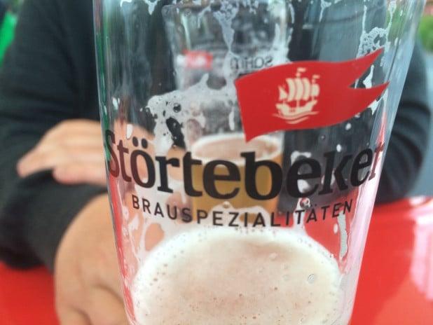 """Leckerer Gerstensaft aus der """"Bug-Theke"""". Eine 14 Meter große """"Santa Maria"""" brachte die Störtebeker Brauerei mit nach Meinerzhagen."""