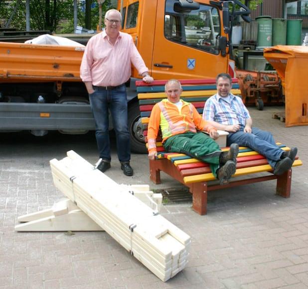 Bürgermeister Ralf Peus (li.), Bauhofleiter Thomas Müller und Friedhelm Beste vom Stadtmarketing (re.) freuen sich schon auf die Ergebnisse der Bank-Aktion (Foto: Gemeinde Bestwig).