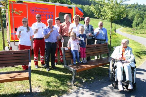 Monika Brunert-Jetter (Bürger-Stiftung), Klaus Wahle (Stadt), Gerhard Gottbrath, Heinz Arenhövel, Inge Wefelnberg und Johann Wefelnberg (alle BIV) stellten die Schilder am Henne-Boulevard vor (Foto: Stadt Meschede).