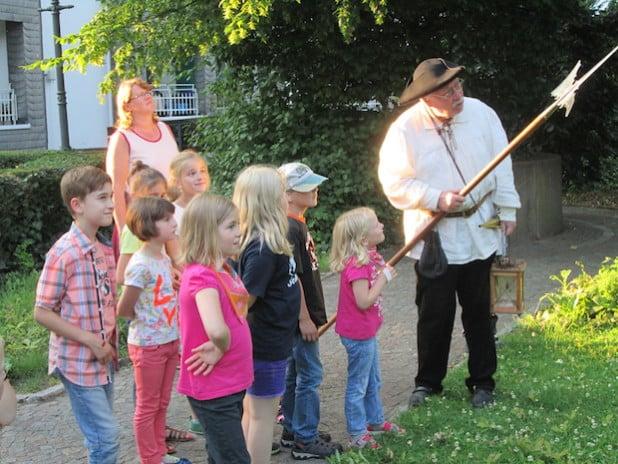 Am 15. Juli 2015 können Kinder mit dem Nachtwächter Dieter Auert auf Entdeckungsreise durch die Hansestadt Attendorn gehen (Foto: Hansestadt Attendorn).