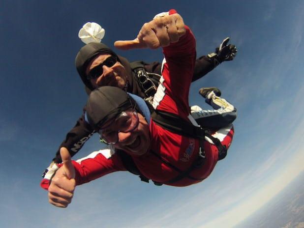 Tandemspringen macht sichtlich Spaß. Freier Fall für gute Zwecke (Foto: Skydive Westerwald).