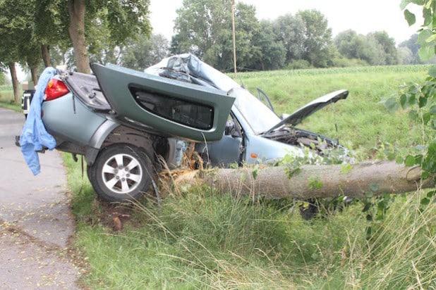 Der Fahrer kam mit schweren Verletzungen in ein Krankenhaus. Das Fahrzeug war Totalschaden (Foto: Kreispolizeibehörde Soest).