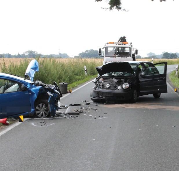 Beide Fahrzeuge wurden bei dem Frontalzusammenstoß schwer beschädigt (Foto: Kreispolizeibehörde Soest).