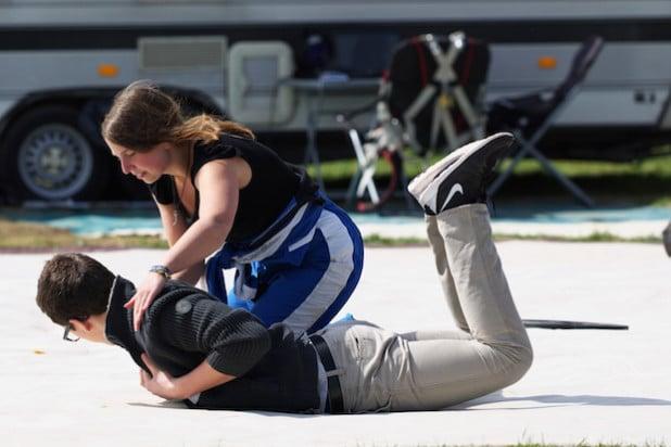 """Das  """"Meisje"""" kann auch ganz schön gewalttätig werden… Doch der Eindruck täuscht. Annick Heijboer biegt einem Sprunggast am Boden die richtige Freifallhaltung bei (Foto: Sven Vollert)."""