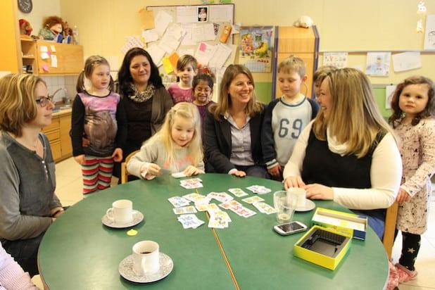 Wilnsdorfs Bürgermeister Christa Schuppler (m.) besuchte den Wilgersdorfer Kindergarten St. Josef. Leiterin Sonja Mrozewski (h.l.) zeigte der Bürgermeisterin u.a. den U3-Anbau der Einrichtung (Foto: Gemeinde Wilnsdorf).
