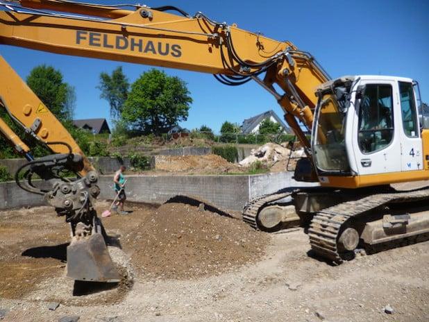 Mit den Sommerferien starteten die Bauarbeiten; ein Teil des Schulhofes muss dem neuen Schulgebäude weichen (Foto: Stadtverwaltung Drolshagen).