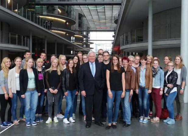 28 Auszubildende, Studierende und Begleiter des Kreises Soest besuchten die Bundeshauptstadt und wurden vom Bundestagesabgeordneten Bernhard Schulte-Drüggelte empfangen (Foto: Kreis Soest).