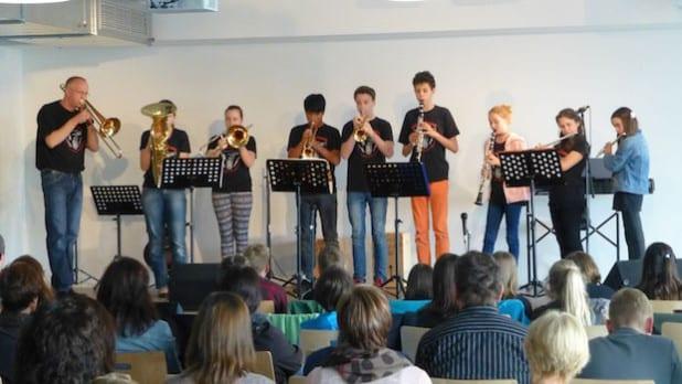 Mit dem Abschlusskonzert der ersten Bläserklasse der Gemeinschaftsschule Burbach beendeten die Ensemblemitglieder jetzt ihr zweijähriges Projekt (Foto: Gemeinde Burbach).