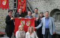 Fahnen und Banner sorgen für mittelalterliches Ambiente auf der Burg Altena