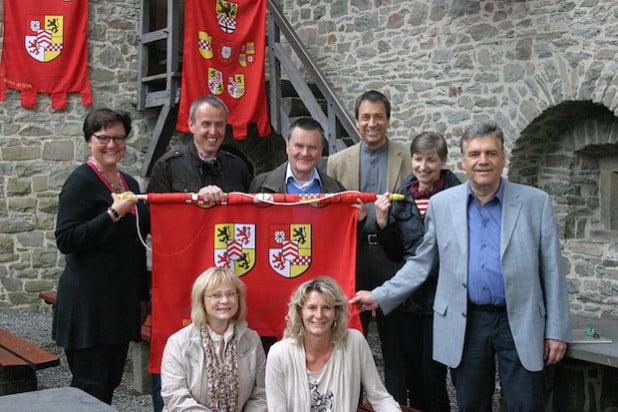 Die Freunde der Burg stifteten Banner und Fahnen für die Burg Altena (Foto: Erkens/Märkischer Kreis)