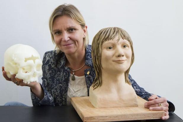 Dr. Constanze Niess mit der Gesichtsrekonstruktion und einer Nachbildung des gefundenen Schädels (Foto: Michael Kaub/Stadt Hagen).