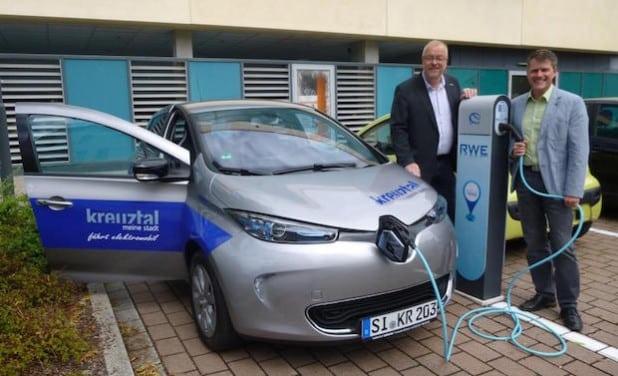 Bürgermeister Walter Kiß und RWE-Kommunalbetreuer Stefan Engelberth betanken das neue Elektroauto der Stadtverwaltung Kreuztal mit Strom (Foto: Stadt Kreuztal).