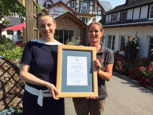 Von links: Daniela Tigges, Inhaberin des Familotel Ebbinghof, mit Gerlind Wangermann, Qualitätstrainerin (Foto: Familotel Ebbinghof).