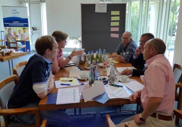 Der Austausch mit anderen Betrieben bietet einen großen Mehrwert beispielsweise bei der Personalentwicklung (Foto: WFG HSK).