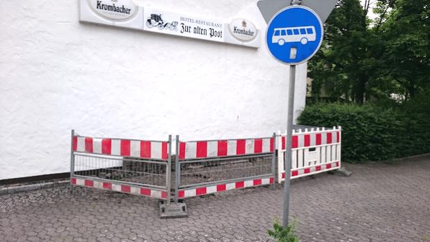 """Die ersten Pflastersteine wurden schon aufgenommen, um die Fahrradbügel an der Wartehalle """"Bremen Mitte"""" zu installieren (Foto: Gemeindeverwaltung Ense)."""