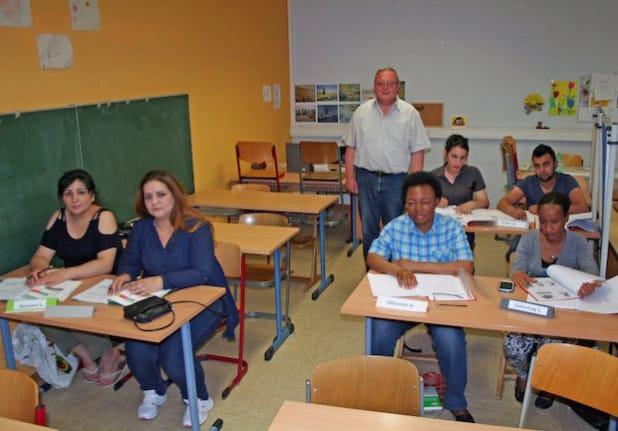Karl-Heinz Finke (stehend) freut sich über die große Motivation seiner Schüler, die deutsche Sprache zu erlernen (Foto: Stadt Lippstadt).