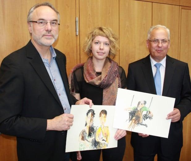 Beglückwünschten die Preisträgerin Lioba Schmidt: Landrat Dr. Karl Schneider (r.) und Prof. Dr. Carl-Peter Buschkühle vom August-Macke-Kuratorium (l.) - Foto: Pressestelle HSK.