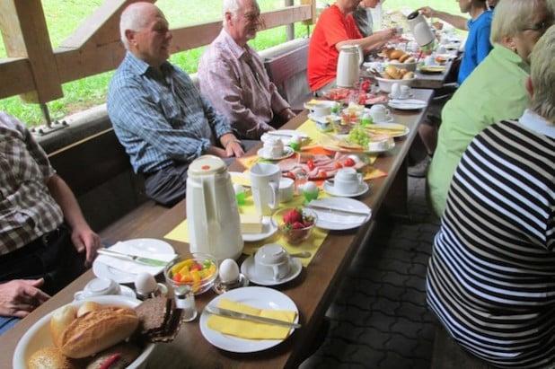 Gedeckter Tisch auf der überdachten Außenterrasse der SGV-Hütte (Foto: SGV)