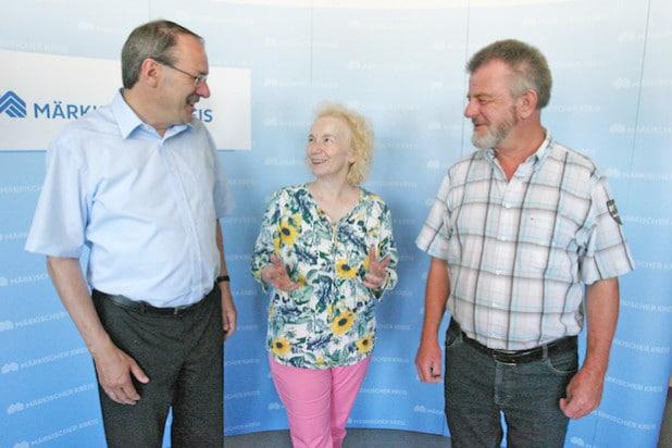 Gudrun Gerhardt kam in Begleitung von Bernd Schildknecht (rechts) zum Antrittsbesuch zu Landrat Thomas Gemke (Foto: Hendrik Klein/Märkischer Kreis).