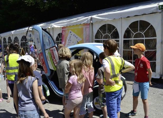 """Traf bei den Kindern von """"Iser-Kid-City"""" auf großes Interesse: das E-Mobil TWIZY (Foto: Stadt Iserlohn)."""