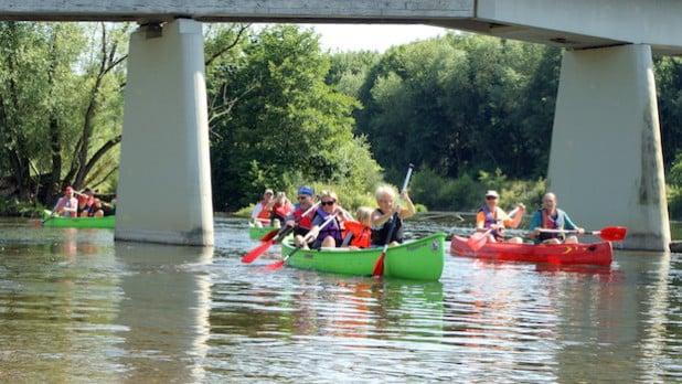Die Kanumannschaft auf dem Fluss - Foto: Klaus Peters