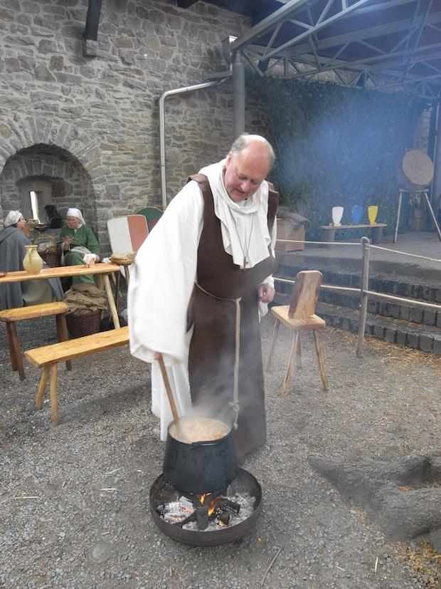 Im Anschluss an die Wanderung wird mit Kräutern gekocht (Foto: B. Lange/Märkischer Kreis).