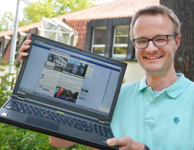 """Die ersten 1000 Likes für den Kreis Soest auf Facebook sind erreicht. Mathias Keller aus der Pressestelle der Kreisverwaltung freut sich über jeden weiteren """"Gefällt mir""""-Klick (Foto: Kreis Soest)."""