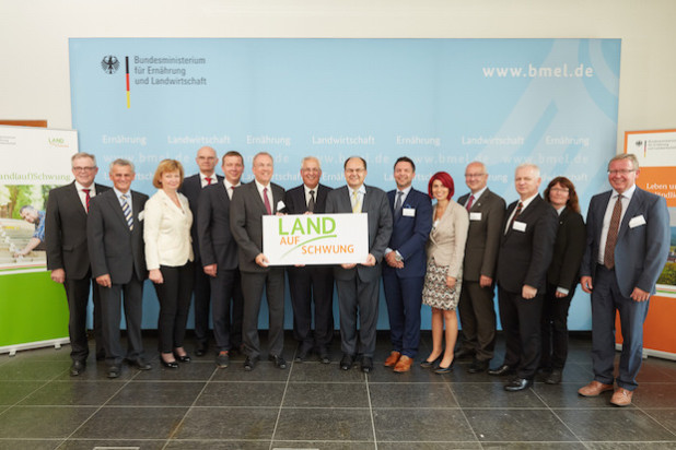 Bundesminister Christian Schmidt (M.) mit Landrat Dr. Karl Schneider sowie weiteren Vertretern aus den Förderregionen des Modellvorhabens Land(auf)Schwung am 8. Juli 2015 in Berlin (Foto: BMEL/photothek.net/Frank Nürnberger).