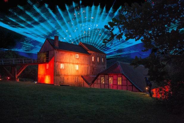 Laser-Schau über der Luisenhütte in Balve-Wocklum (Foto: Niclas Waldheim/Märkischer Kreis).