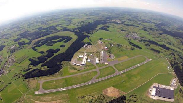 """Der Siegerlandflughafen von oben. Auf der 1620 Meter langen asphaltierten Hauptpiste können selbst """"dicke Brummer"""" problemlos landen und starten (Foto: Skydive Westerwald)."""