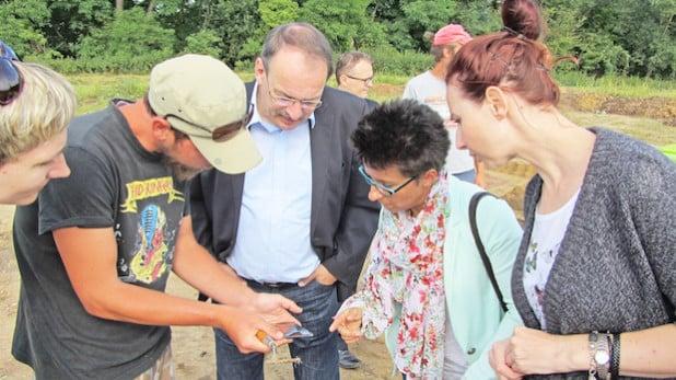 In Kornice besuchte Landrat Thomas Gemke (Mitte) die Ausgrabungsstätte von 7.000 Jahre alten Gräbern (Foto: Ulf Wenthe/Märkischer Kreis).