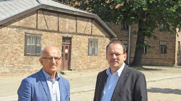Die Landräte Thomas Gemke (rechts) und Ryszard Winiarski beim Besuch in Auschwitz (Foto: Ulf Wenthe/Märkischer Kreis).
