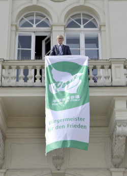 Bügermeister Dr. Peter Paul Ahrens mit der Flagge der Mayors for Peace (Foto: Stadt Iserlohn).