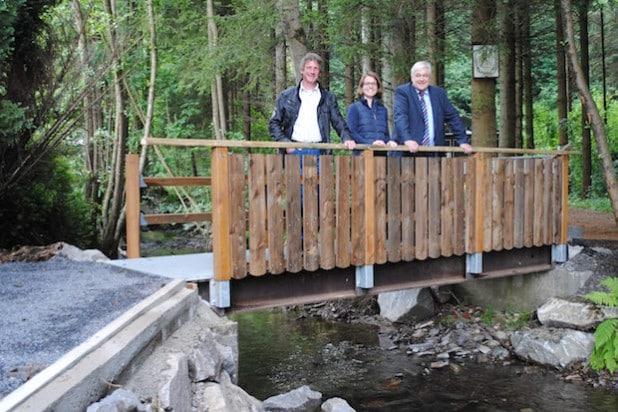 Neue Brücke zwischen Jahnstraße und Deitmecke (v.re.): Bürgermeister Uli Hess, Referendarin Jana Janota und Heinz Hiegemann, Leiter des Fachbereichs Infrastruktur (Foto: Stadt Meschede).