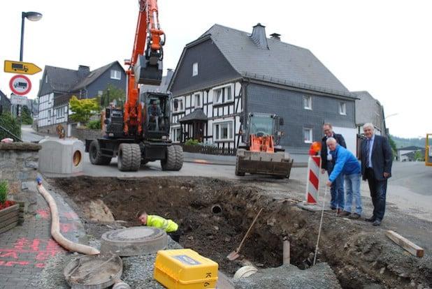Bauleiter Michael Klauke stellt Bürgermeister Uli Hess (re.) und Stadtkämmerer Jürgen Bartholme (li.) die Grundsanierung der Mittelstraße vor (Foto: Stadt Meschede).
