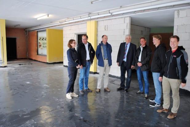 Lars Ester (re.) und Dominik Kotthoff (2.v.re.) stellten dem Verwaltungsvorstand um Bürgermeister Uli Hess jetzt den künftigen Multifunktionsraum am Mescheder Schwimmbad vor (Foto: Stadt Meschede).