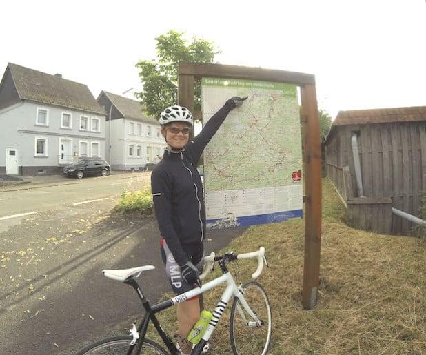 Ramona Plett, Praktikantin beim Sauerland-Tourismus und passionierte Radfahrerin, war schon auf dem Teilstück der Nordschleife unterwegs, das nach umfangreichen Sicherungsarbeiten wieder freigegeben ist - Foto: Sauerland-Tourismus e.V.