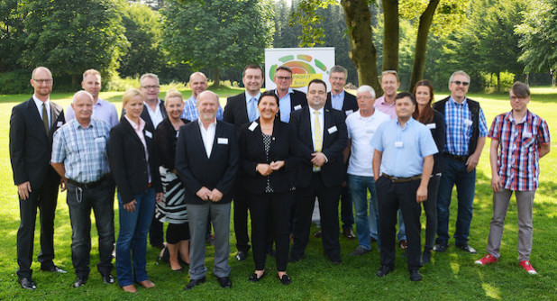Landrätin Eva Irrgang begrüßt gemeinsam mit Frank Hockelmann und Volker Ruff die Unternehmensvertreter der am Ökoprofit-Projekt teilnehmenden Unternehmen (Foto: Franca Großevollmer/Kreis Soest).