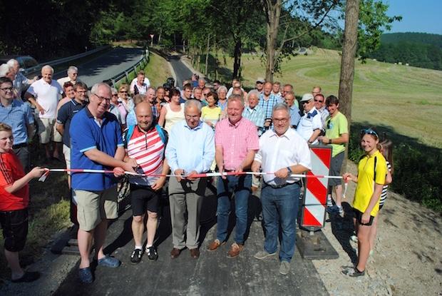 """Photo of Gevelinghauser und Ostwiger eröffnen gemeinsam """"ihren"""" neuen Geh- und Radweg"""