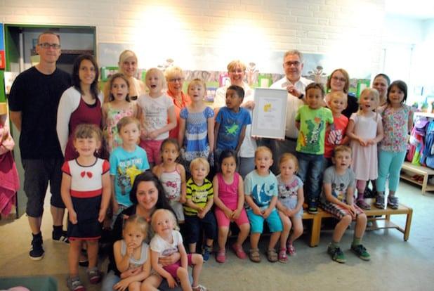 Bürgermeister Wolfgang Fischer gratulierte Brigitte Klaucke, dem Team des Städtischen Familienzentrums und den kleinen Besucherinnen und Besuchern zur erfolgreichen Neuzertifizierung (Foto: Stadt Olsberg).